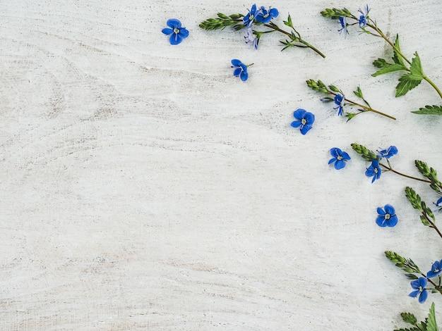 Lindas flores silvestres, deitado sobre uma mesa de madeira Foto Premium