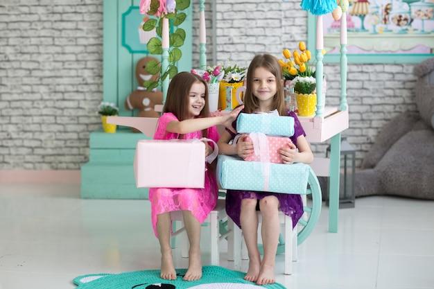 Lindas garotas em vestidos em fundo de férias Foto Premium