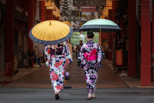 Lindas garotas japonesas no quimono e com guarda-chuva. Foto gratuita