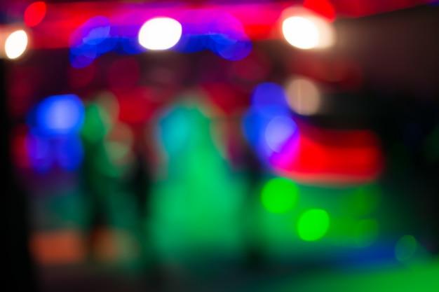 Lindas luzes borradas na pista de dança Foto Premium