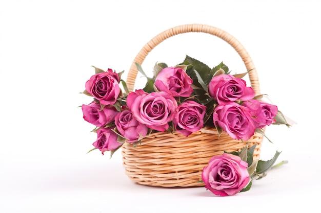 Lindas rosas em uma cesta de vime branco Foto Premium