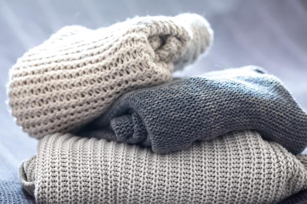 Lindas roupas de malha, suéteres artesanais dobrados, close-up e bem-feitos. Foto gratuita