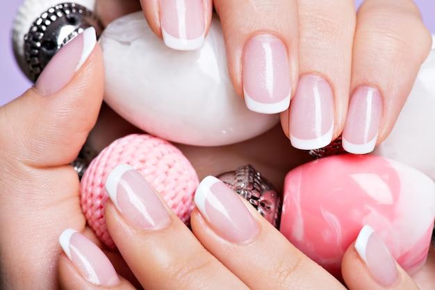 Lindas unhas de mulher com linda manicure francesa branca Foto gratuita
