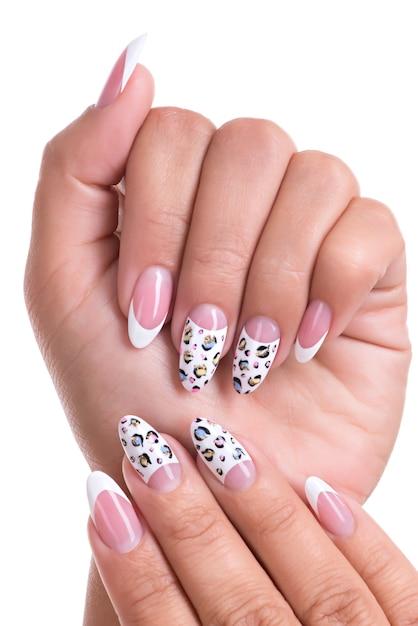Lindas unhas de mulher com linda manicure francesa Foto gratuita