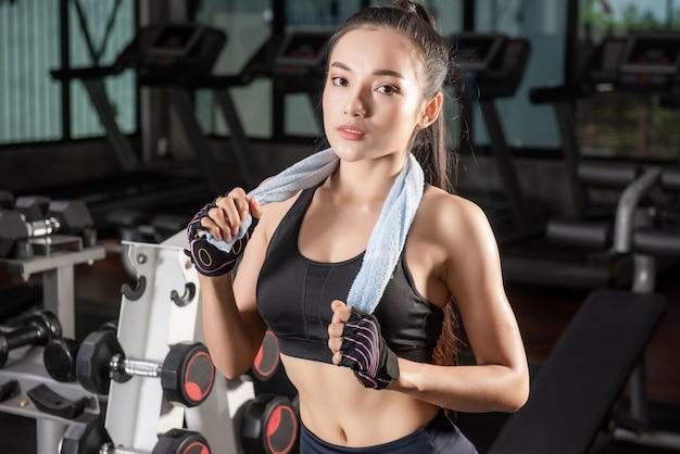 Lindo apto mulher asiática na academia Foto Premium