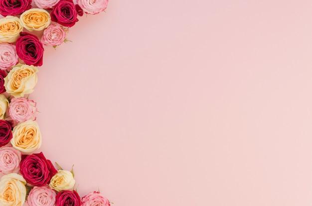 Lindo arranjo de flores com espaço de cópia Foto gratuita