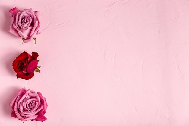 Lindo arranjo de rosas com espaço de cópia Foto gratuita
