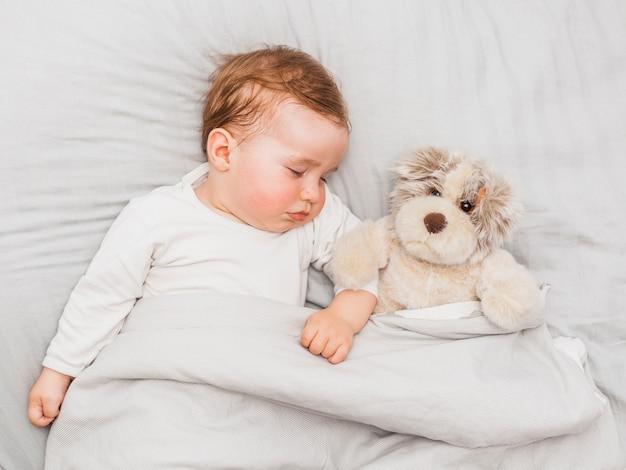 Lindo bebê dormindo Foto gratuita