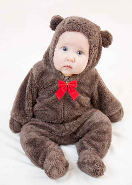 Lindo bebê em traje de urso Foto Premium