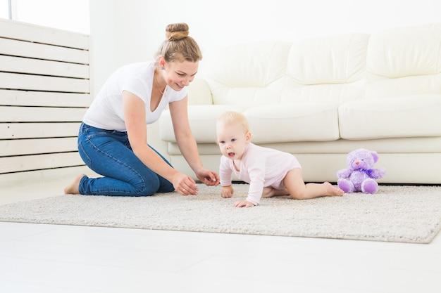 Lindo bebê sorridente engatinhando pela primeira vez Foto Premium