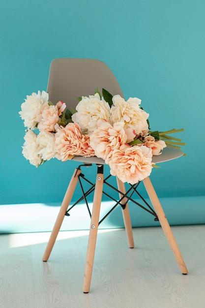 Lindo buquê de flores na cadeira Foto gratuita