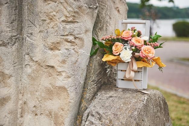 Lindo buquê em um vaso decoração de flores em cerimônia de casamento. Foto gratuita
