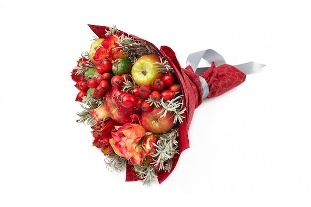 Lindo buquê vermelho brilhante de maçãs, rosa mosqueta, feijoa e rosas Foto Premium