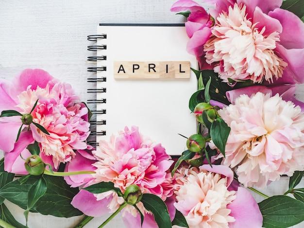 Lindo cartão com a palavra april Foto Premium