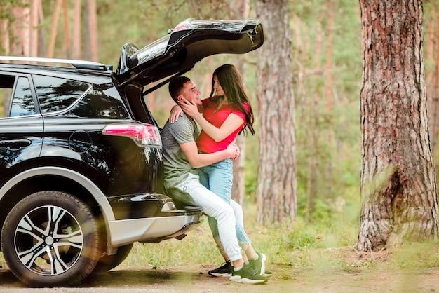 Lindo casal abraçando ao ar livre Foto gratuita