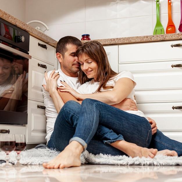 Lindo casal abraçando na cozinha Foto gratuita