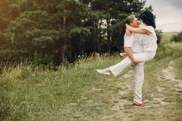 Lindo casal adulto passa o tempo em um campo de verão Foto gratuita