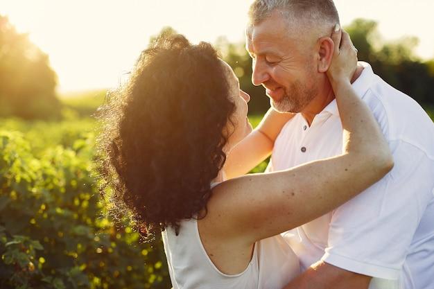 Lindo casal adulto passar tempo em um campo de verão Foto gratuita