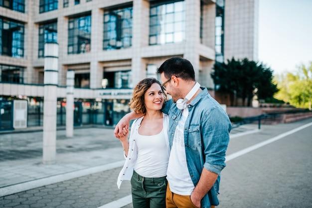 Lindo casal andando na rua. Foto Premium