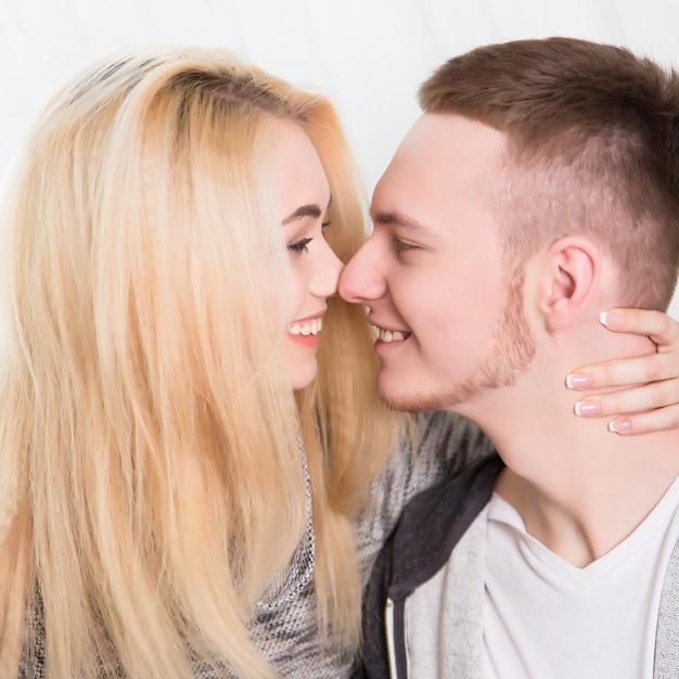 Lindo casal apaixonado em casa Foto Premium