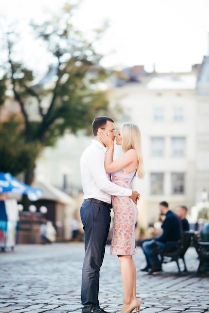 Lindo casal apaixonado namorando ao ar livre e sorrindo Foto Premium