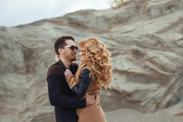 Lindo casal apaixonado no dia dos namorados Foto Premium