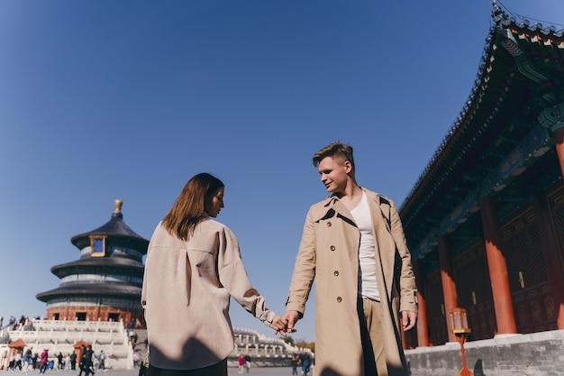 Lindo casal apaixonado por explorar a china em lua de mel Foto gratuita
