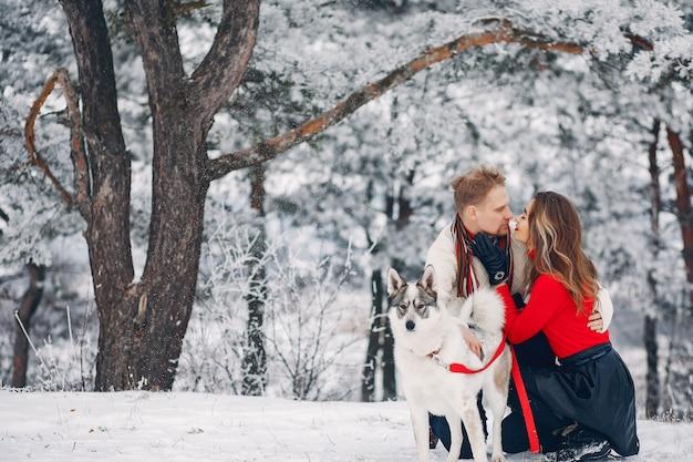 Lindo casal brincando com um cachorro Foto gratuita