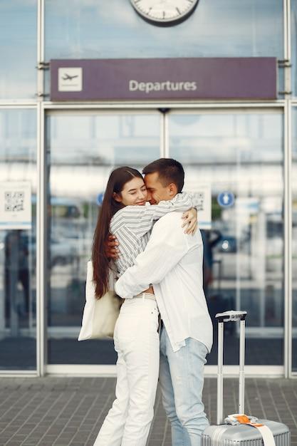 Lindo casal dançando perto do aeroporto Foto gratuita