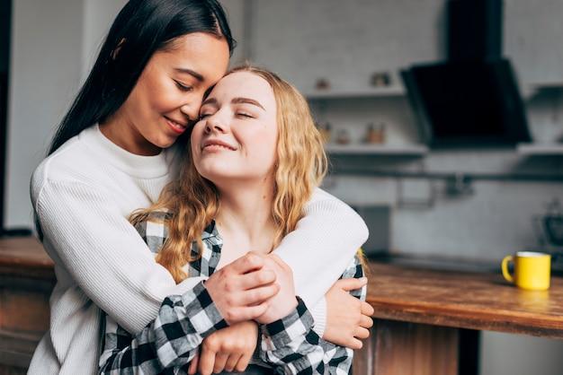 Lindo casal de lésbicas abraçando Foto gratuita