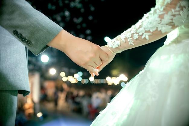 Lindo casal de mãos dadas juntos em noite romântica Foto Premium