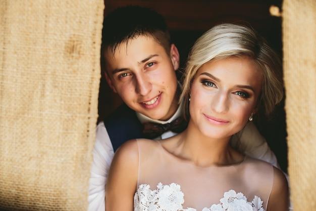 Lindo casal de noivos na porta Foto gratuita
