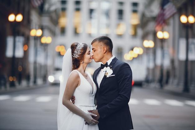 Lindo casal de noivos Foto gratuita