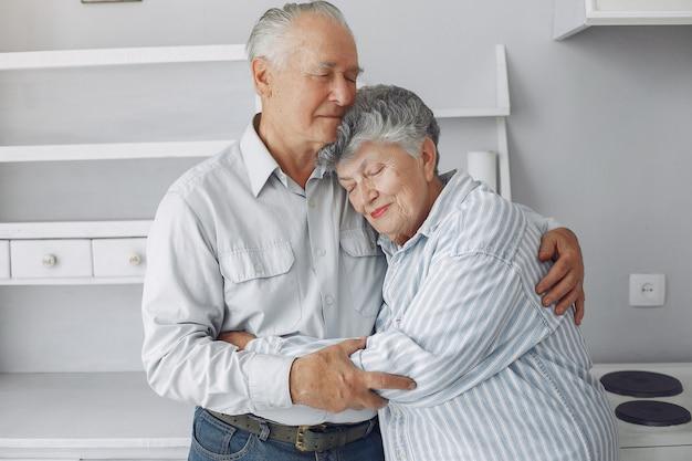 Lindo casal de velhos passou algum tempo juntos em casa Foto gratuita