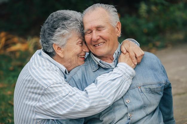 Lindo casal de velhos passou algum tempo juntos em um parque Foto gratuita