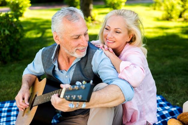 Lindo casal de velhos, tendo um bom tempo na natureza Foto gratuita