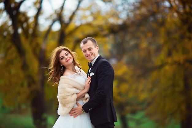 Lindo casal desfrutando abraço um do outro e sorrindo ternamente Foto Premium