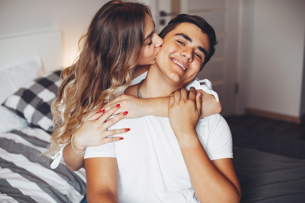 Lindo casal em casa Foto gratuita