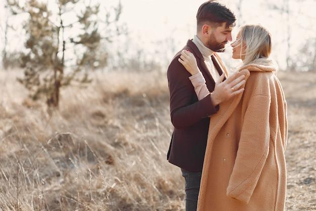 Lindo casal em um campo de primavera Foto gratuita