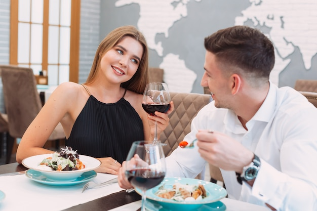 Lindo casal em um restaurante Foto Premium