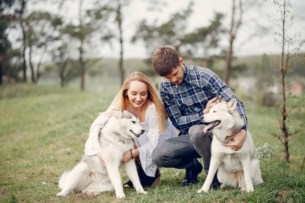 Lindo casal em uma floresta de verão com um cachorro Foto gratuita