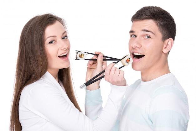 Lindo casal está comendo sushi Foto Premium