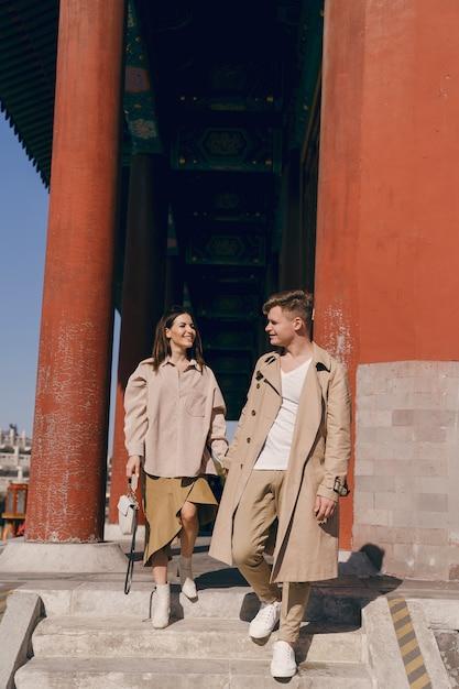 Lindo casal explorar atrações turísticas em pequim na china Foto gratuita
