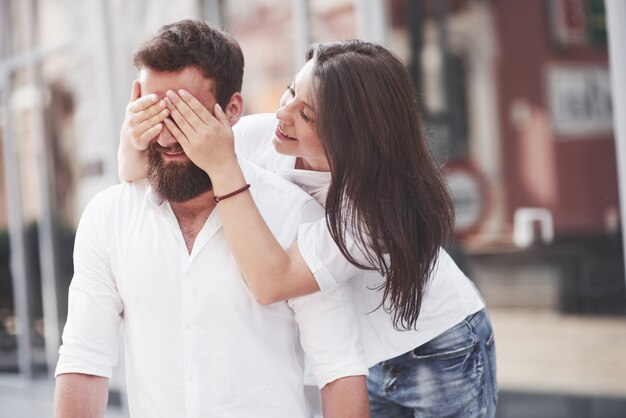 Lindo casal feliz abraçando na rua da cidade. conceito de estilo de vida amor e romance Foto Premium