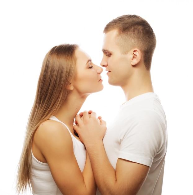 Lindo casal feliz abraçando Foto Premium