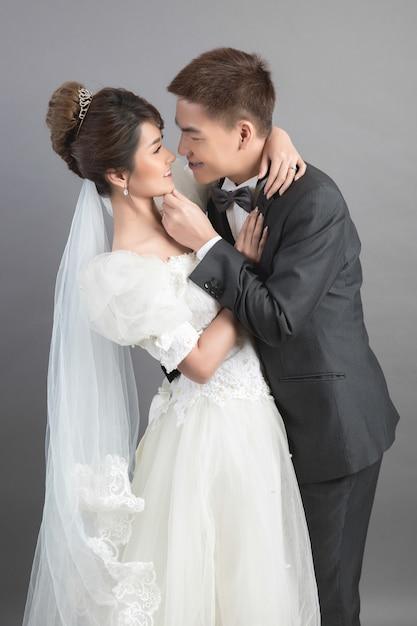 Lindo casal feliz no casamento em estúdio Foto gratuita