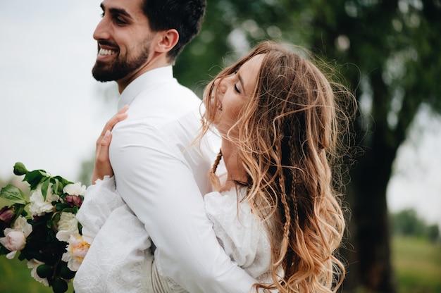 Lindo casal jovem apaixonado Foto Premium