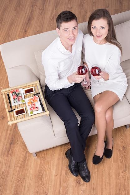 Lindo casal jovem está sentados juntos. Foto Premium