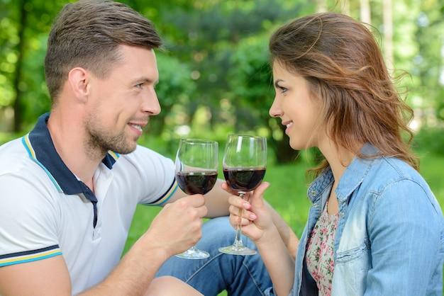 Lindo casal jovem fazendo piquenique no campo. Foto Premium