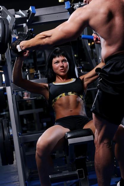 Lindo casal muscular na academia Foto gratuita